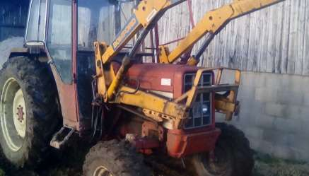 INTERNATIONAL 475 2WD TRACTOR WITH POWER LOADER