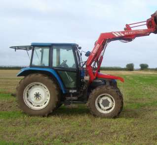NEW HOLLAND 5635 4 WD TRACTOR, C/W CHILLTON LOADER