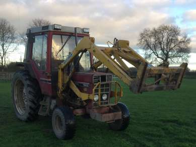 INTERNATIONAL 785 2WD TRACTOR C/W LOADER